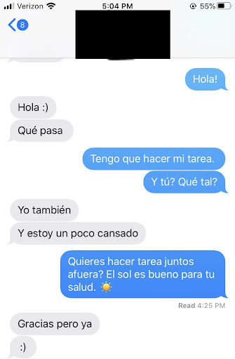 Texting in Spanish about meeting up outside to study.